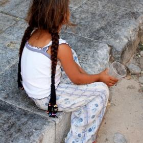 Cealalta 'fatza' a copilariei furate (Nomad)