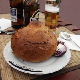Fasole cu ciolan in bol de paine