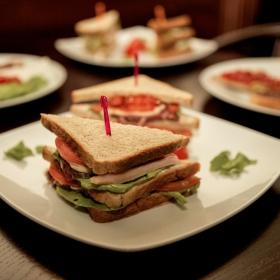 Sandwich bogat si apetisant