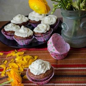 Strawberry muffins with yogurt&mint cream