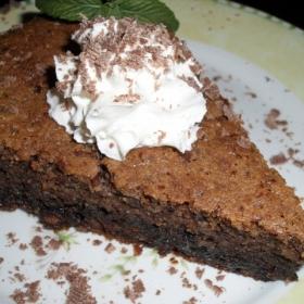 Tort ciocolatos cu trei feluri de nuci