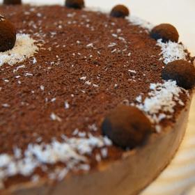 Tort de ciocolata cu capsuni intregi